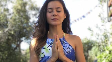 Marita García enseñará en vivo posturas de yoga en silla para practicar antes o después del teletrabajo