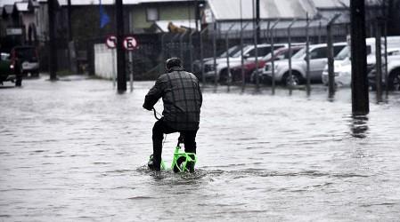 """Michelle Adam: """"La lluvia que cayó en un mes en Santiago cayó en un día en el sur"""""""