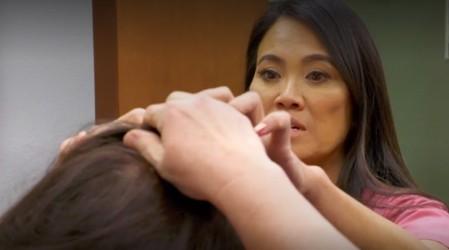 """La Dra. Sandra Lee sacó 7 bultos o """"quistes cutáneos"""" de la cabeza de una paciente"""