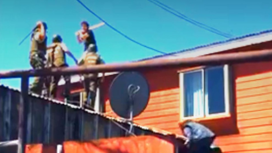 [VIDEO] Sujeto se enfrenta a palos con Carabineros arriba de un techo en Coronel