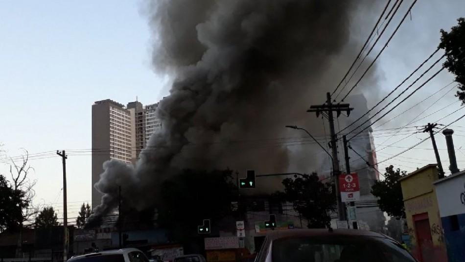 Incendio afectó a 8 propiedades en Estación Central