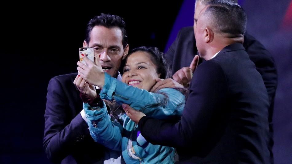 [FOTO] Esta es la selfie que logró fanática junto a Marc Anthony sobre el escenario de Viña 2019