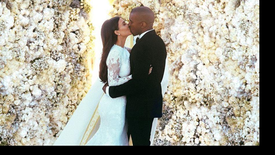 [FOTOS] Kim Kardashian desempolva su vestido de novia para su quinto aniversario y un nuevo negocio