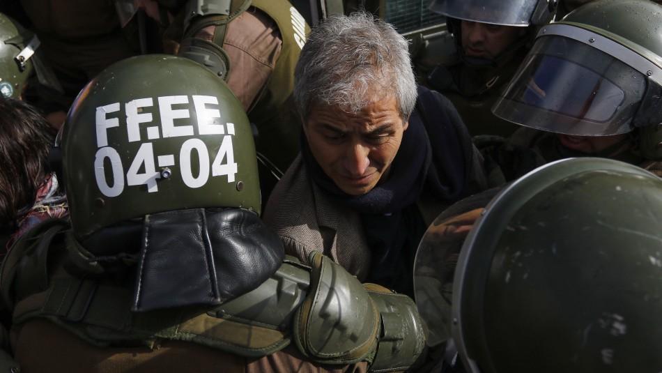 Presidente del Colegio de Profesores es detenido tras manifestación en La Moneda