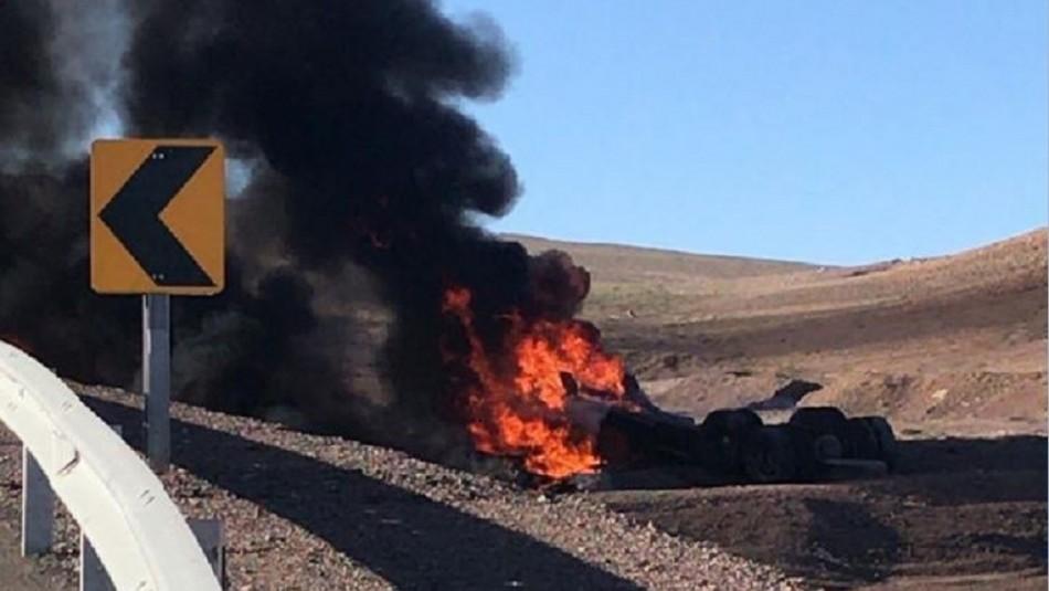 Dos muertos deja volcamiento y explosión de camión de combustible