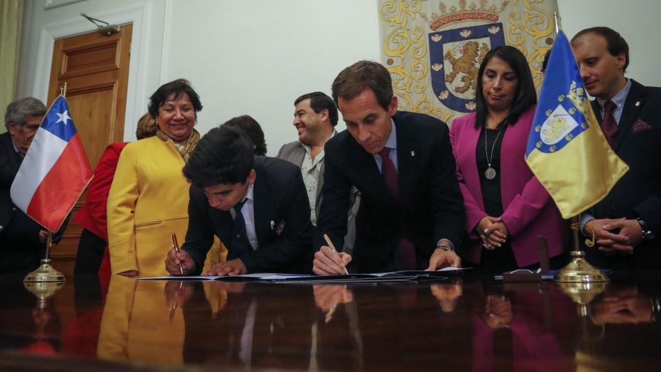 Autoridades y alumnos firman acuerdo de modernización del Instituto Nacional