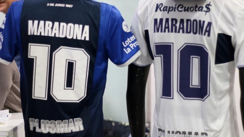 Las camisetas en honor a Maradona.