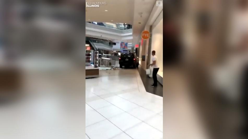 Camioneta ingresa a un centro comercial y genera varios daños en EEUU