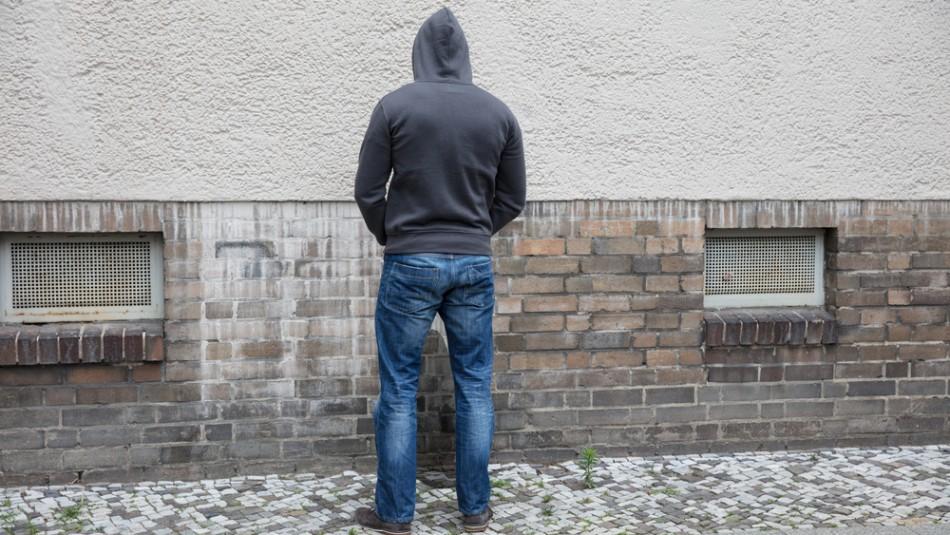 Desde cárcel hasta $196 mil: Proyecto busca multar a quienes orinen en la vía pública