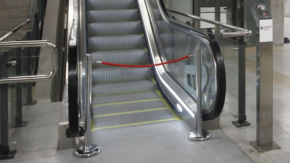 Menor queda con su mano atrapada en escalera mecánica de mall de Los Ángeles