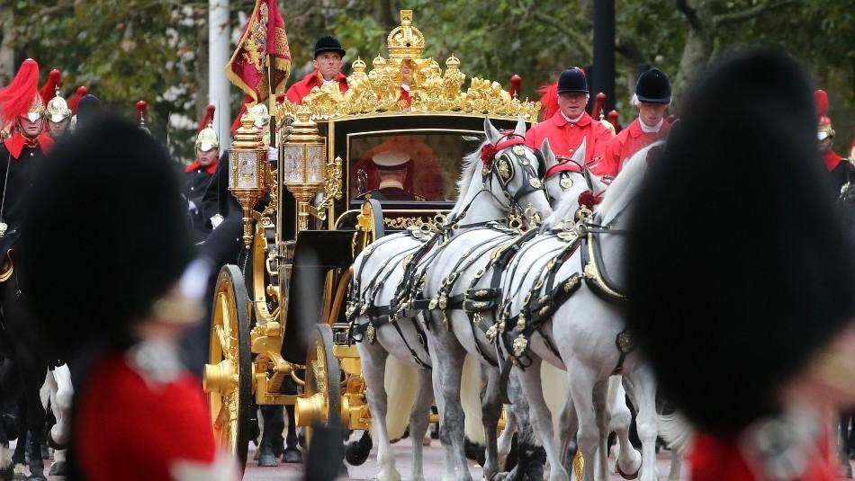 La pomposa llegada de la Reina Isabel II al parlamento británico