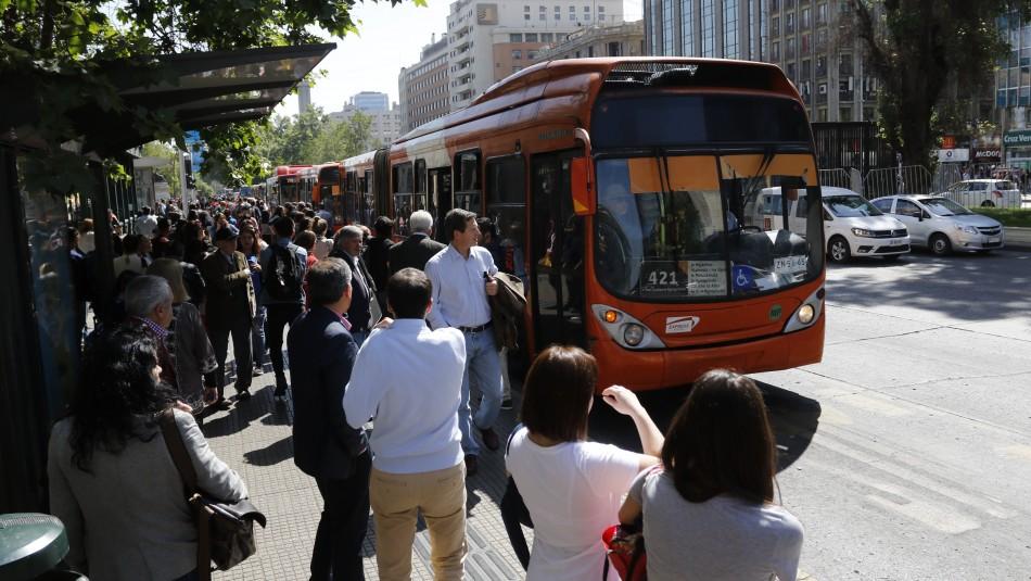 Transantiago y Red anuncia buses de refuerzo tras cierre de Líneas 1, 2 y 6 de Metro