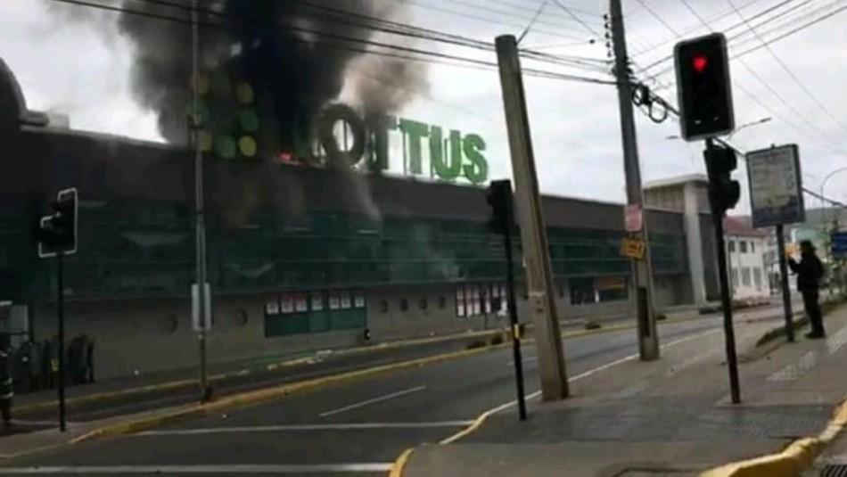 Supermercado Tottus se incendia en San Antonio.