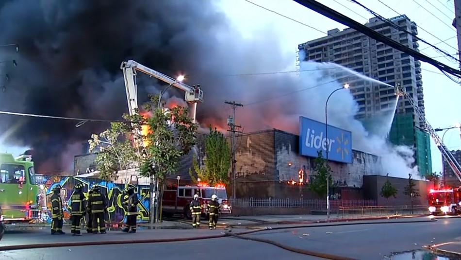 Gran incendio afecta a supermercado de Santiago