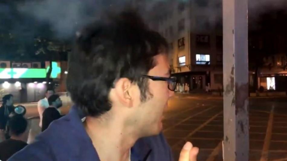Manifestante recibe bomba lacrimógena en la cabeza mientras era entrevistado