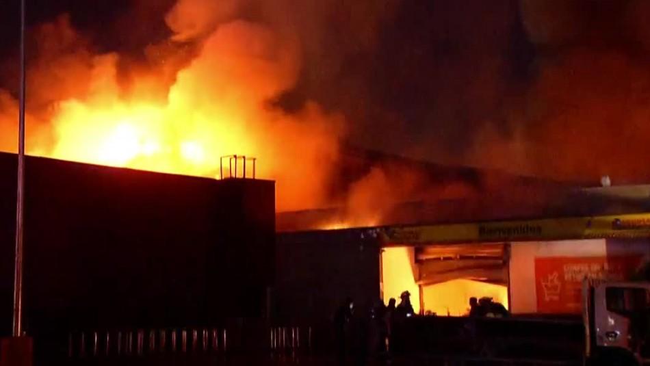 Violento incendio afectó a supermercado en la comuna de Conchalí