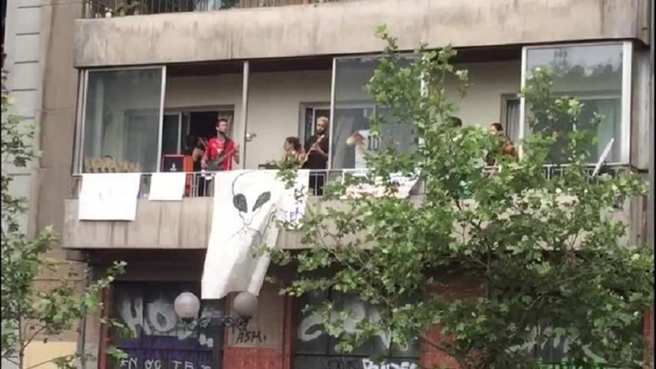 Concierto desde un balcón sorprende a manifestantes de Providencia