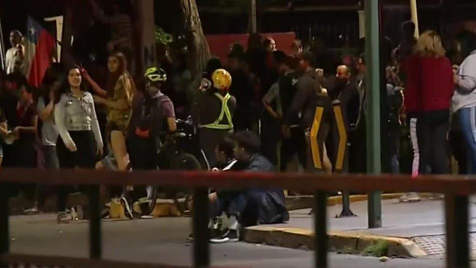 Vecinos de Las Condes se manifiestan por jóvenes baleados por militares