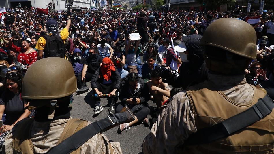 Militares y manifestantes gritan juntos un