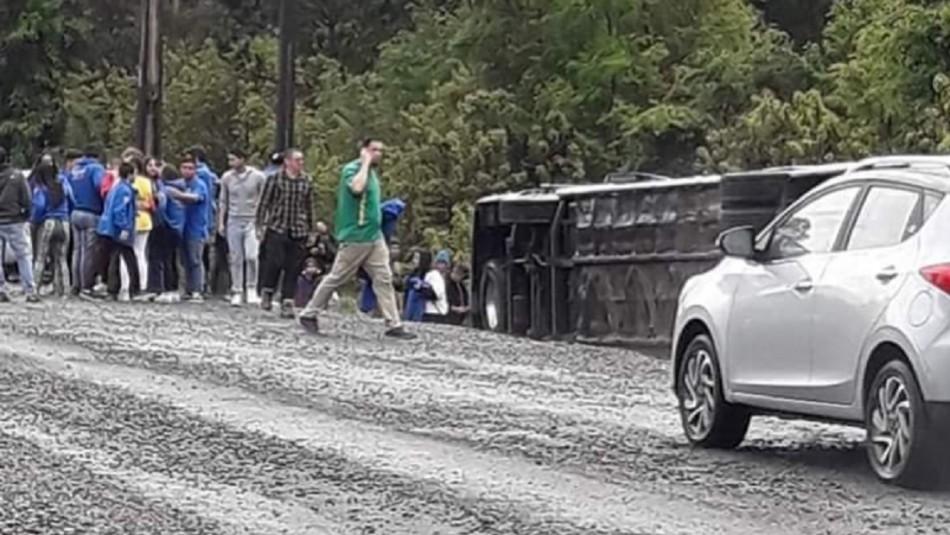 Bus con grupo de jóvenes se volcó en las cercanías de Osorno