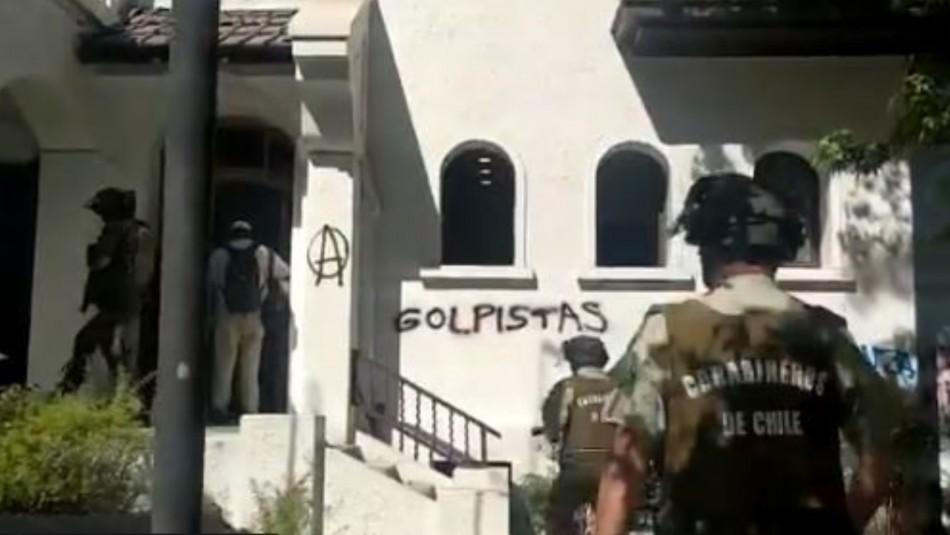 Manifestantes atacan sede de la UDI en la comuna de Providencia