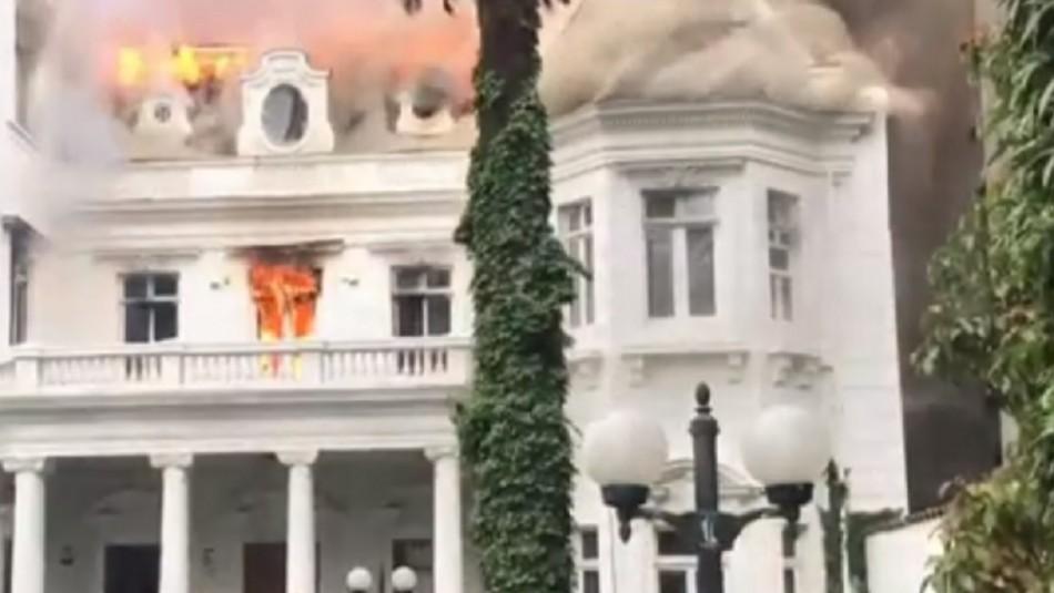 Gigantesco incendio afecta a sede de la U. Pedro de Valdivia en Vicuña Mackenna