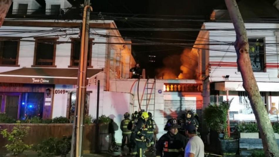 Incendio afectó a local de la Fuente Chilena en Providencia
