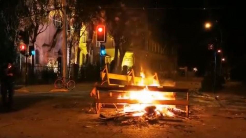 Desconocidos saquean y queman mobiliario de iglesia junto a las sedes del PS y DC en Valdivia