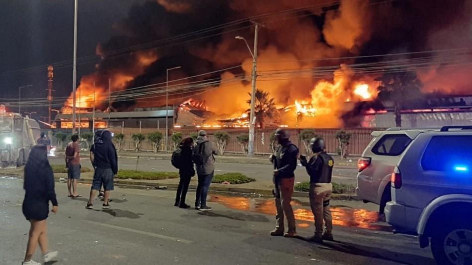 Encuentran un cuerpo al interior de supermercado incendiado en Arica