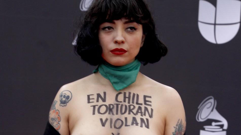 Mon Laferte sorprende con protesta en la alfombra roja de los Grammy Latino