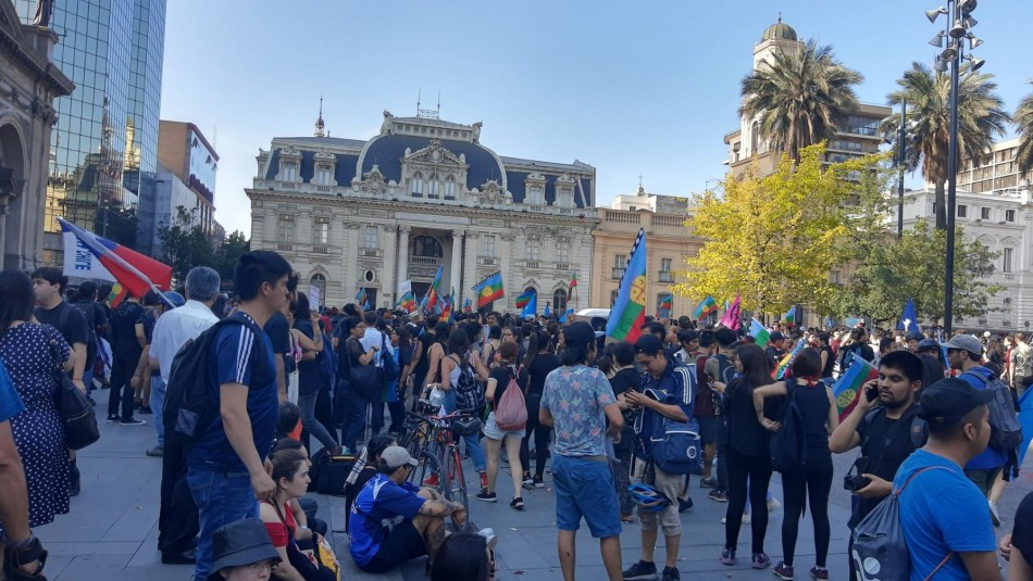 Plaza de Armas de Santiago: Cientos de personas conmemoran aniversario de muerte de Camilo Catrillanca