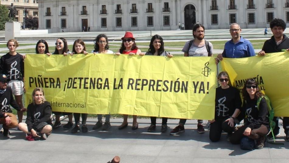 Amnistía Internacional entrega más de 20.000 firmas en La Moneda exigiendo fin de violencia policial