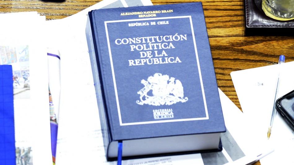 La Constitución de Chile se encuentra entre los libros más vendidos de esta semana
