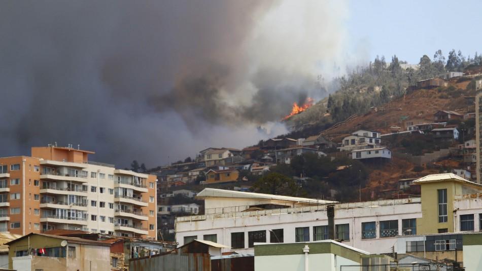 Nuevo foco de incendio se registra en cerro de Valparaíso: Piden evacuar la zona