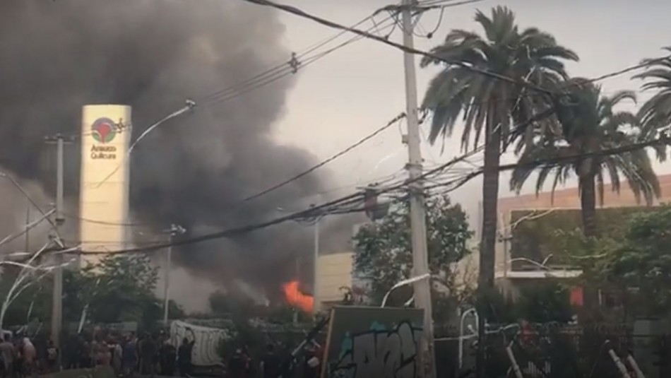 Mall de Quilicura se incendia y es saqueado por antisociales