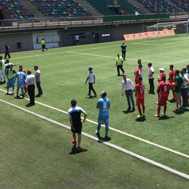 Hinchas de Colo Colo ingresan a estadio e interrumpen partido de La Calera ante Iquique