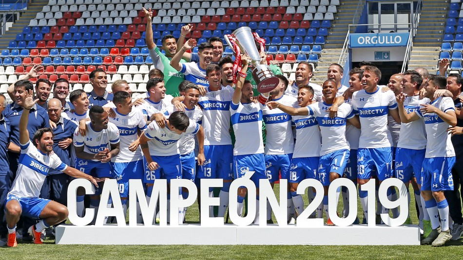 Plantel de Universidad Católica recibe la corona de campeón y festeja con foto oficial