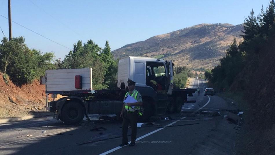 Grave accidente entre camión y vehículo menor deja al menos 5 muertos en región del Maule