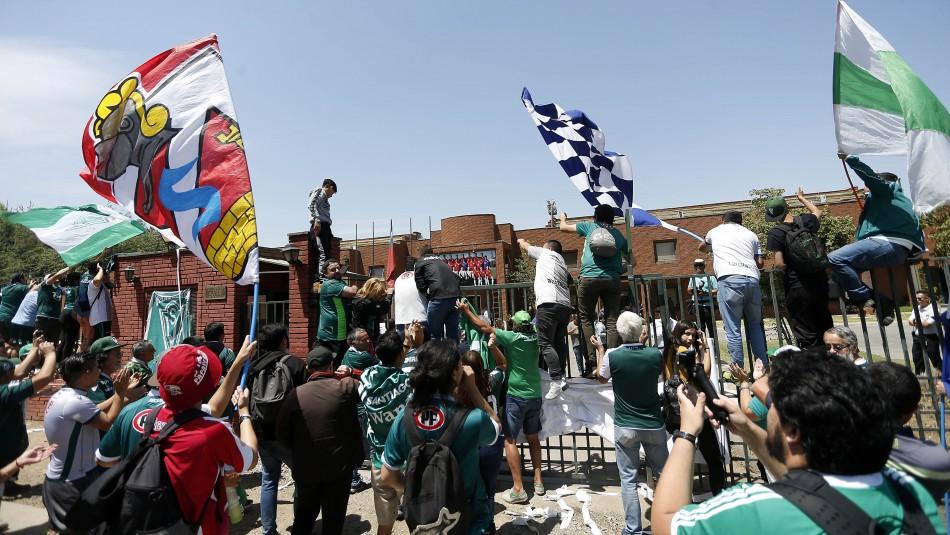 Hinchas de Wanderers y Colchagua llegaron a la ANFP para conocer decisión del Consejo de Presidentes