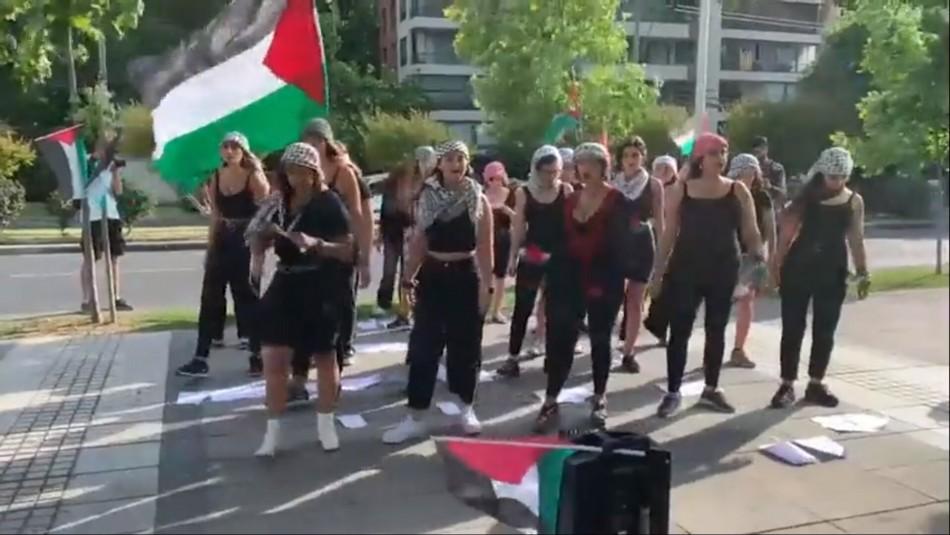 Mujeres realizan performance de Las Tesis en árabe y frente a Embajada de Israel en Santiago