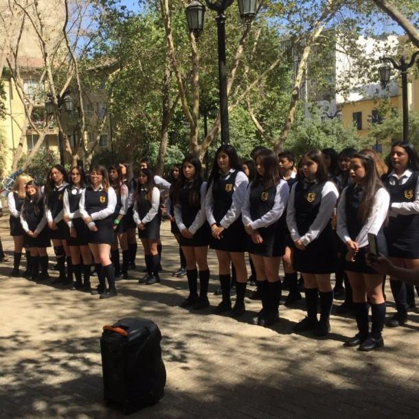 Alumnas del Liceo 1 se licencian en plaza tras cancelación de ceremonia de graduación