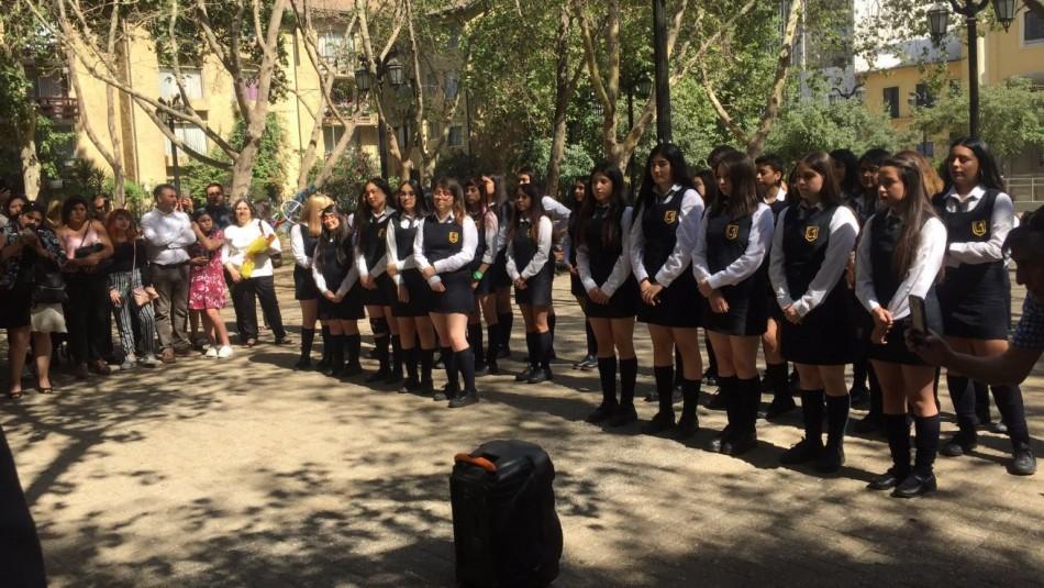 Alumnas del Liceo 1 se licencian en Plaza Santa Ana tras cancelación de ceremonia de graduación