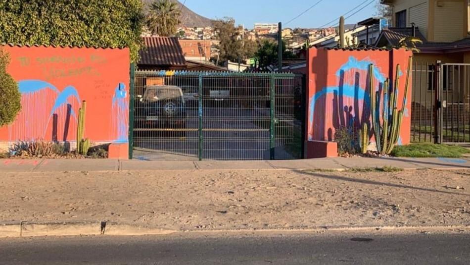 Desconocidos atacan con piedras y pintura la casa del alcalde de La Serena