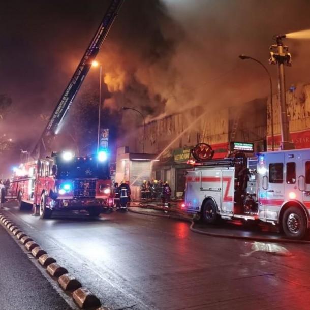 Incendio afecta a locales comerciales en Alameda con Abate Molina