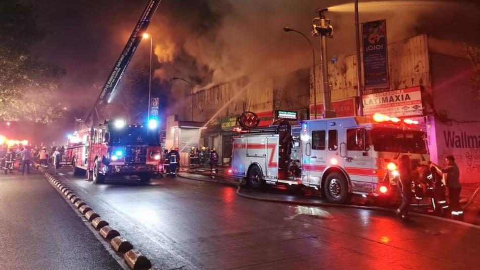 Incendio afectó a locales comerciales en Alameda con Abate Molina
