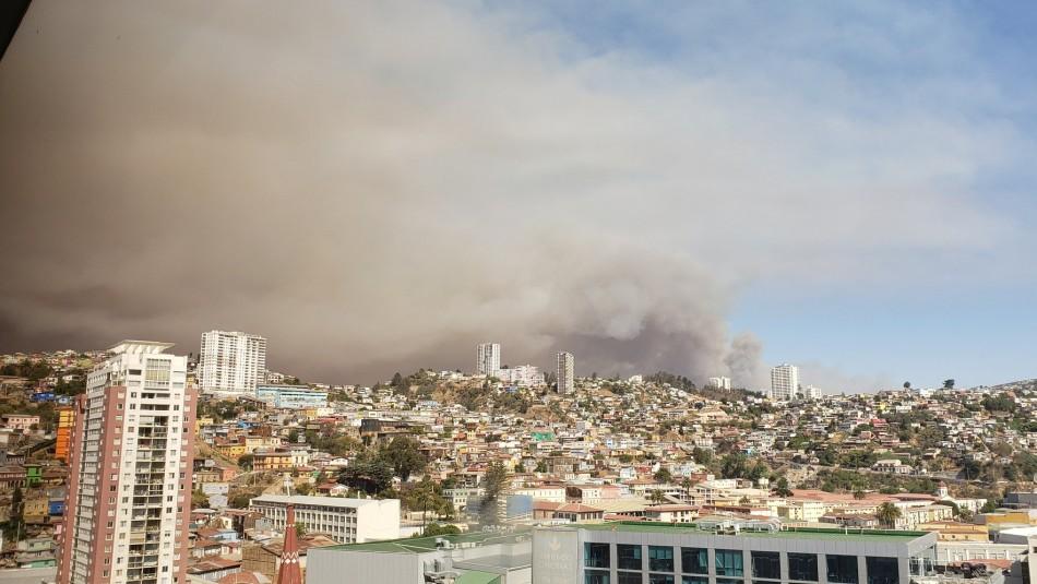 Incendio forestal en Placilla: Columna de humo cubre diversos sectores de Valparaíso