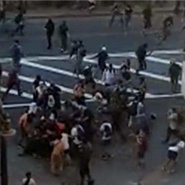 Turba agrede a funcionario de Carabineros en medio de manifestaciones