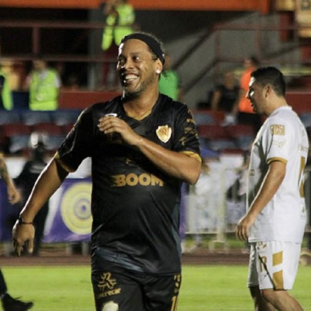 Tras 90 minutos de espera: En el camarín le tuvieron que pagar a Ronaldinho para que anime exhibición