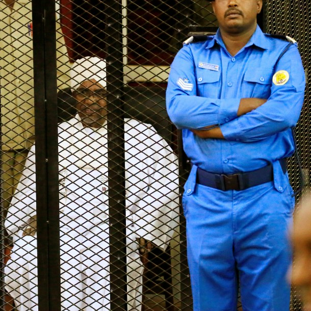 Expresidente sudanés Bashir condenado a dos años de prisión por corrupción