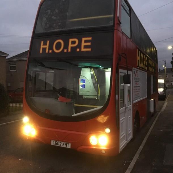 Voluntarios convierten bus de dos pisos en albergue para personas en situación de calle